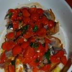 Terrina di fette di pane casereccio con alici e pomodorini