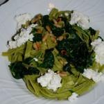 Fettuccine verdi spinacini e pinoli con ciuffi di ricotta fresca