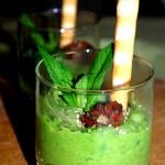 Bicchierini di Crema di piselli alla menta, semi di sesamo e pomodorini confit
