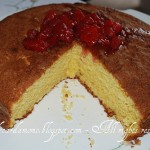 Torta morbida al profumo d'arancia e composta di fragole