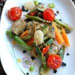 Wok di verdure al sesamo e fiocchi di sale nero
