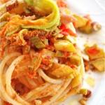 Spaghettoni con zucchine fiori di zucca e briciole di pane alle mandorle