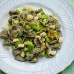Orecchiette di grano arso con zucchine, fave e noci di macadamia