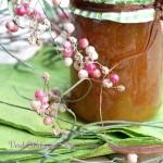 Confettura di pomodori verdi, foglie e bacche di pepe rosa