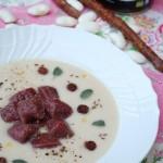 Crema di fagioli bianchi di Wrzawa, Gnocchi di rape rosse, salsiccia Kabanosy croccante e olio di camelina