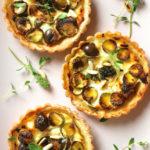 Crostatine salate di pasta matta con ricotta, olive e zucchine